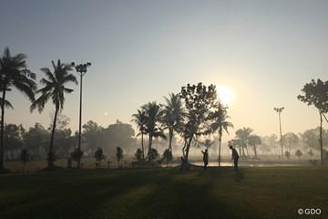 朝靄の中でのプレー。…