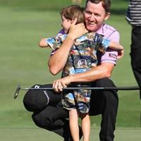 優勝を決めたグリーン上で、駆け寄ってきた息子を抱きしめるジミー・ウォーカー 2015年 ソニーオープンinハワイ 最終日 ジミー・ウォーカー