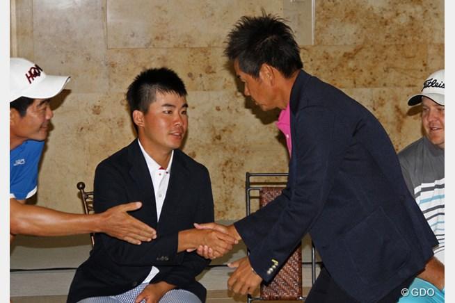 表彰式会場でガッチリと握手を交わした川村