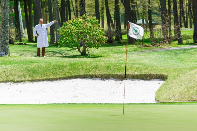 鳴沢ゴルフ倶楽部では、芝目を確認するために、富士山の方角を示す植栽が施されているグリーンもある。