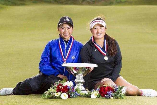 優勝カップと記念撮影する劉美嘉(左)、光