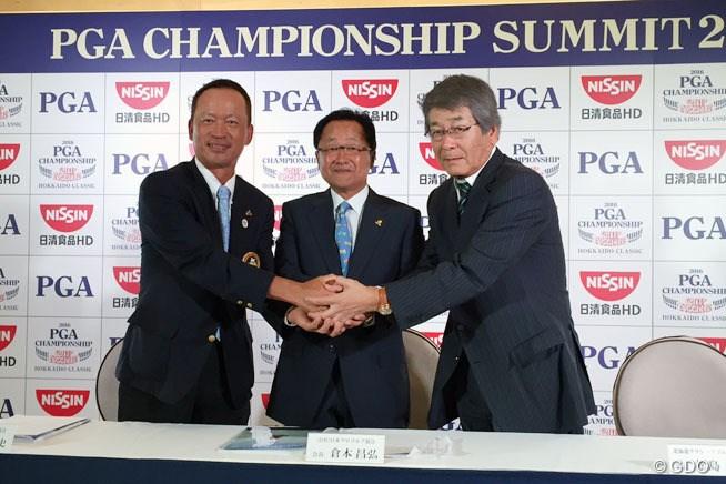日本プロゴルフ協会の倉本昌弘会長(中央)