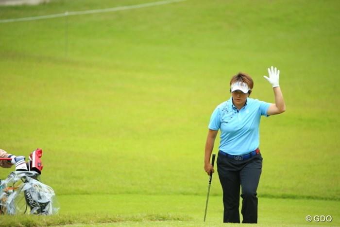 声援にはいつもキッチリと応えるユンジェ 2015年 日本女子オープンゴルフ選手権競技 初日 ウェイ・ユンジェ