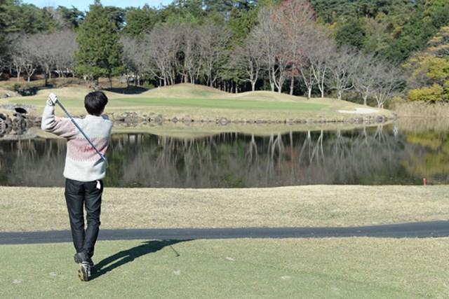 17番ホールの3打目。池の前に刻んだ甲斐もなく、(写真の右端にあるように)ボールの波紋が水面に広がる。