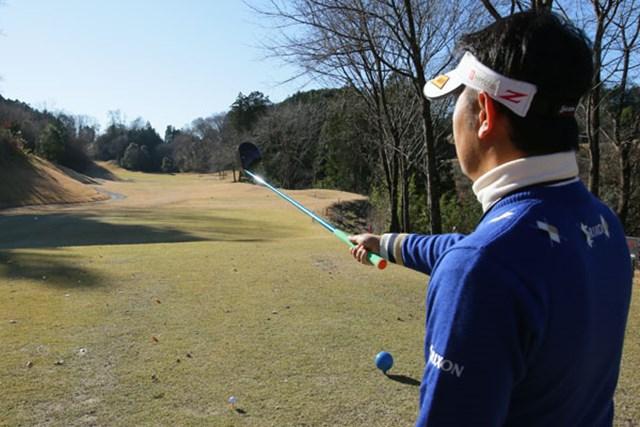 田島プロはティショットで左コーナーサイドの林越えを狙う。飛距離と方向性の両面で自信を持つ上級者向けのターゲット