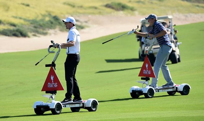 ゴルフボードでプレーするロリー・マキロイ