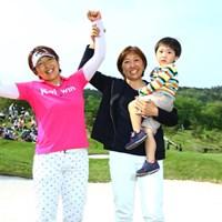 姉妹での優勝は、女子ツアー初めての快挙です。 2016年 サイバーエージェント レディスゴルフトーナメント 最終日 福嶋浩子、福嶋晃子