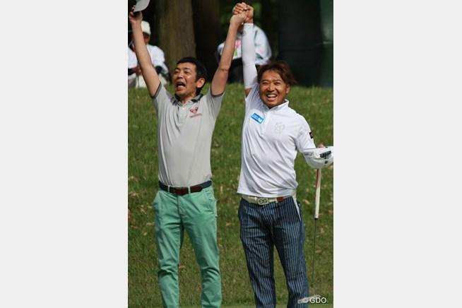 「バンザーイ!」互いの優勝を喜び合う片山