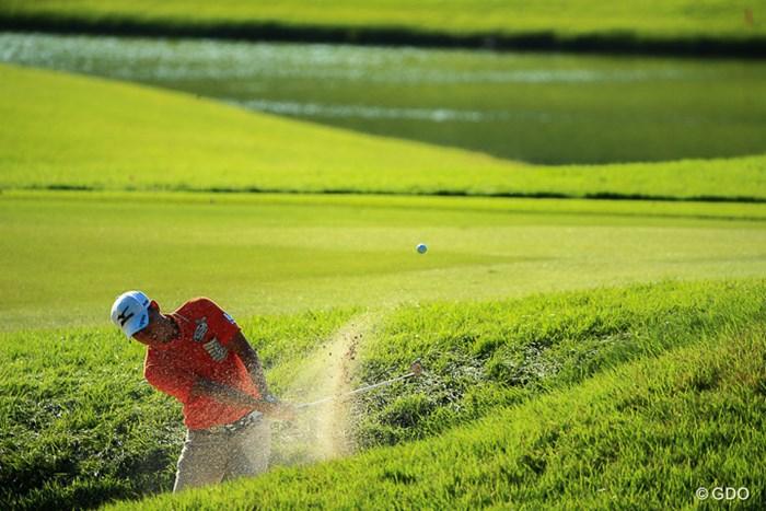 ラフからバンカーへと悪い方向に向いてしまうのがゴルフ 2016年 HONMA TOURWORLD CUP AT TROPHIA GOLF 2日目 富村真治