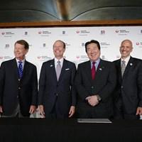 米チャンピオンズツアーの日本初開催記者発表。出席者は左から(株)アコーディア・ゴルフの野中貞徳常務執行役員、トム・ワトソン、PGAチャンピオンズツアーのグレゴリー・マクローリンプレジデント、日本航空の植木義晴代表取締役、在日アメリカ大使館のアンドリュー・ワイレガラ商務担当公使、日本プロゴルフ協会の倉本昌弘会長 「今後、アジアで数試合」PGAチャンピオンズツアーの拡大構想