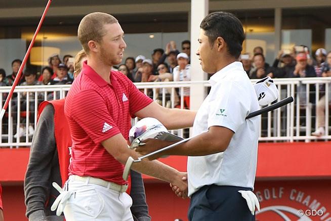 18番グリーンで握手をするバーガーと松山