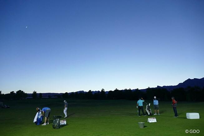 夕闇迫るなか、投光器を点けた練習場で練習