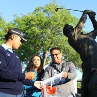アーノルド・パーマーの銅像の前でギャラリーにサインをする松山英樹 2017年 アーノルド・パーマー招待byマスターカード 事前 松山英樹
