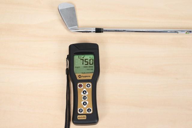 食品工場の機器衛生検査で使用するATPルミノメーター「EnSURE(エンシュア)」で計測