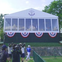 ホールアウトした野村敏京を出迎えるように見下ろすトランプ氏 2017年 全米女子オープン 3日目 野村敏京 ドナルド・トランプ