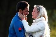妻と抱き合って喜ぶラファ・カブレラベロー