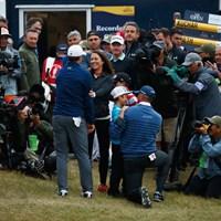 18番グリーン脇で最終組を待っていたクーチャーの家族たち(Gregory Shamus/Getty Images) 2017年 全英オープン 最終日 マット・クーチャー