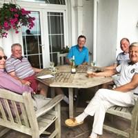 ヘスウォールGCのテラス席でワインを飲んで歓談するメンバーたち。 2017年 全英オープン 事後 ヘスウォールGC