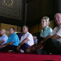 大本堂の中で御護摩祈祷を見詰める選手たち 2017年 JAL選手権 事前 御護摩祈祷