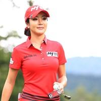 真っ赤なポロシャツとキャップ、白のパンツの組み合わせ 2017年 日本女子プロ選手権大会コニカミノルタ杯 最終日 アン・シネ
