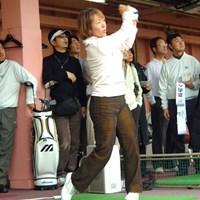 ファンを前に豪快なスイングを見せる藤井かすみ 2007年 「ミズノJPX E500」発売イベント 藤井かすみ