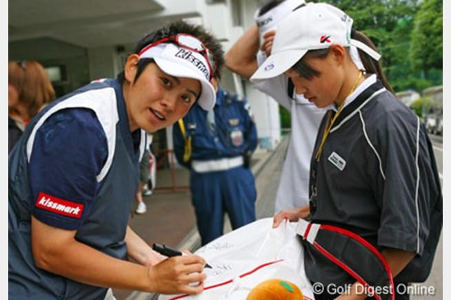 ラウンド後、ファンの女の子にサイン中の天