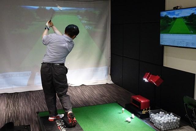 100切りを目指す楠田さん。トップから腕を真下に下ろすイメージで練習している
