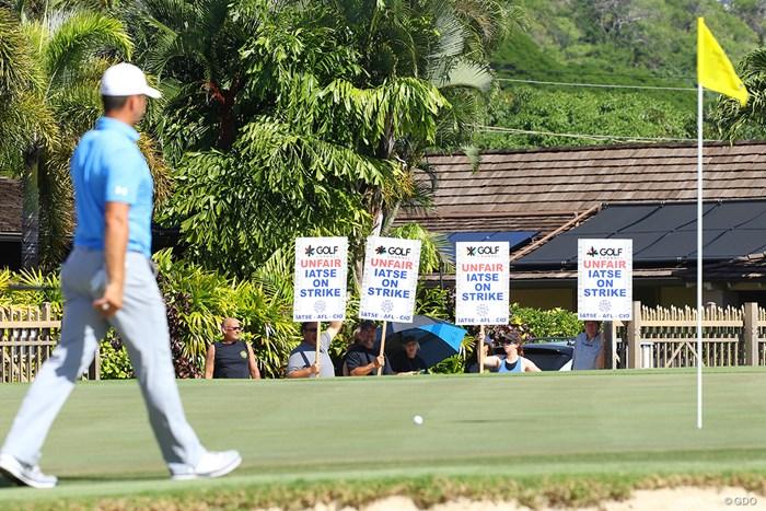 コースから見える位置でデモは実施された。PGAツアーサイドも困惑 2018年 ソニーオープンinハワイ 最終日 デモ