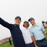 ローズ(左)、フリートウッド(中央)とパチリ。マキロイが優勝候補筆頭に挙げられた(Getty Images) 2018年 アブダビHSBCゴルフ選手権 事前 ジャスティン・ローズ トミー・フリートウッド ロリー・マキロイ