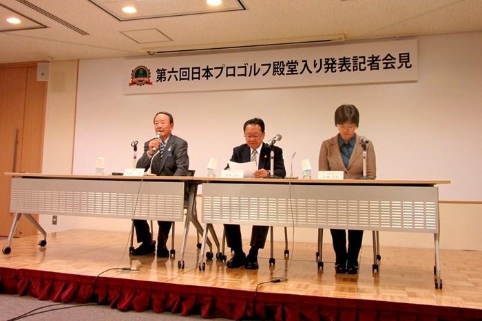 日本プロゴルフ殿堂の松井功理事長(左)から殿堂入り顕彰者3人が発表された 松井功ゴルフ殿堂理事長