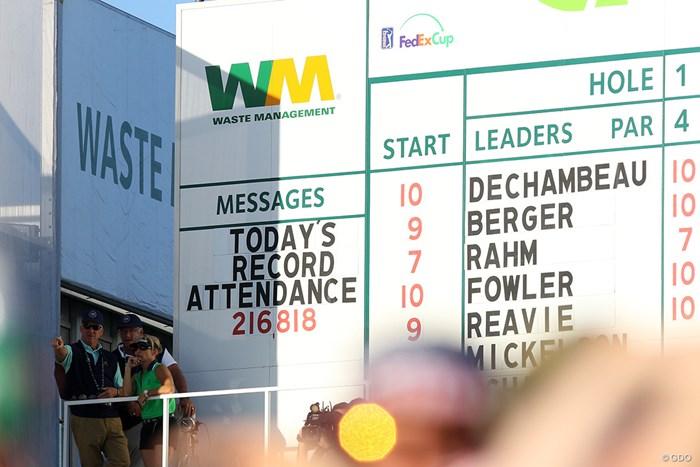 土曜日1日のギャラリー数はなんと21万6818人。どんだけー 2018年 ウェイストマネジメント フェニックスオープン 3日目 ギャラリー数