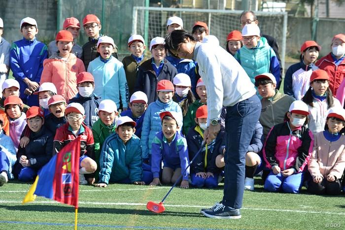 子供たちとスナッグゴルフを楽しむ石川遼 2018年 石川遼