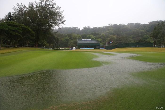 さすがの雨にギャラリースタンドも人がいません 2018年 ダイキンオーキッドレディスゴルフトーナメント 3日目 1番