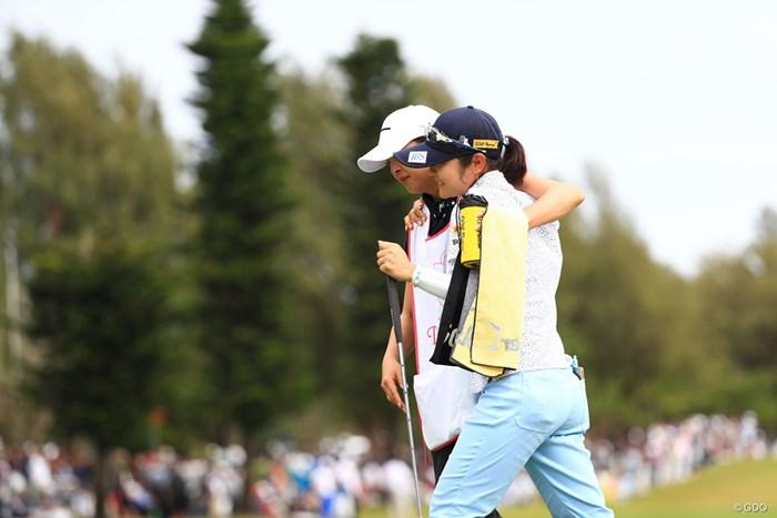 キャディーの下村プロと健闘を称えあう 2018年 ダイキンオーキッドレディスゴルフトーナメント 最終日 藤田さいき