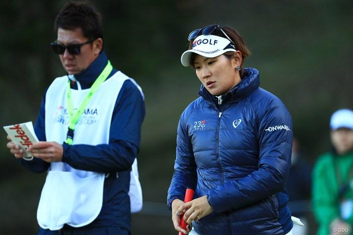 コーチの南秀樹氏(左)をキャディに携えた成田。苦手グリーンを克服した 2018年 ヨコハマタイヤゴルフトーナメント PRGRレディスカップ 2日目 成田美寿々