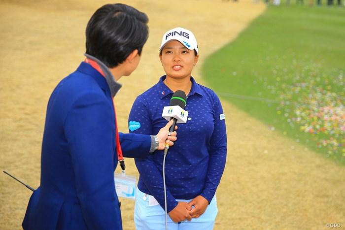 もうインタビューも慣れたもの。 2018年 Tポイントレディス ゴルフトーナメント 最終日 鈴木愛