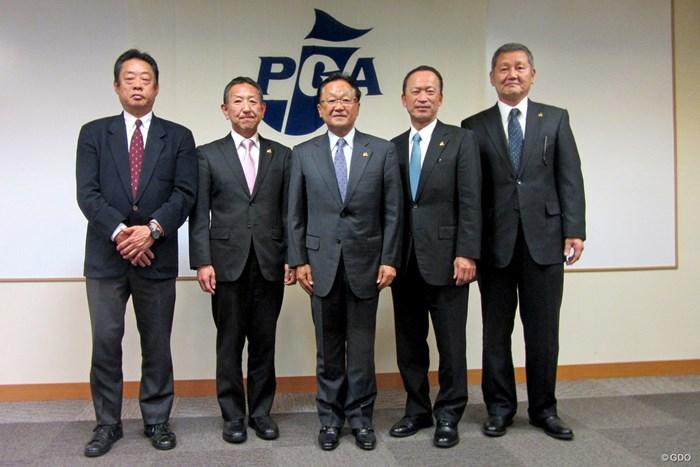 PGA会長の再選された倉本昌弘(中央) 倉本昌弘PGA会長(中央)