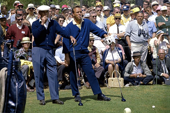 1966年の「マスターズ」。2番ホールのティグラウンドでたばこの煙をくゆらすパーマーとベン・ホーガン(Augusta National/Getty Images) 1966年 マスターズ ベン・ホーガン アーノルド・パーマー