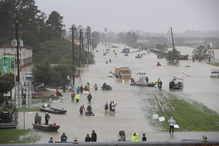 2017年8月28日、ヒューストンを襲ったハリケーンから逃げ惑う人々 (Joe Raedle/Getty Images) 2018年 ヒューストンオープン 事前 ハリケーン被害