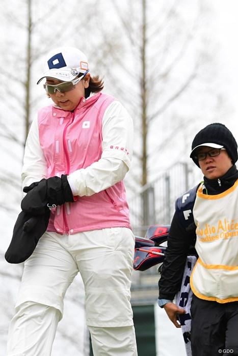 つい4,5日前まで桜満開やったのに、選手は防寒手袋、キャディはスキー帽…。ブルブル 2018年 スタジオアリス女子オープン 2日目 大城さつき