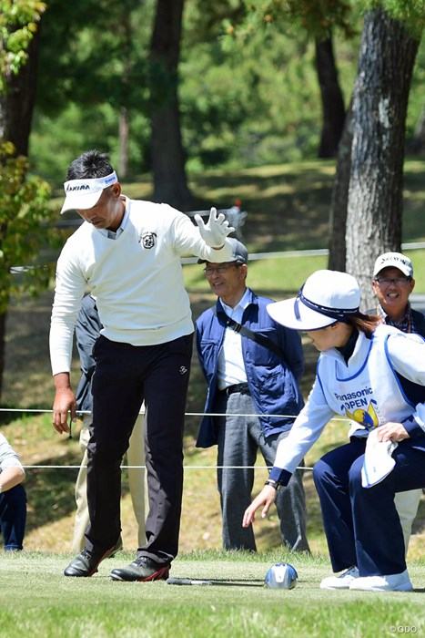 腰が曲がらんのでクラブはキャディさんが拾います。 2018年 パナソニックオープンゴルフチャンピオンシップ 初日 久保谷健一