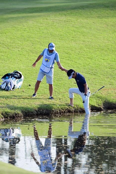 キャディに支えられがら水の中へ。えッ!めっちゃ深いやん! 2018年 パナソニックオープンゴルフチャンピオンシップ 2日目 石川遼