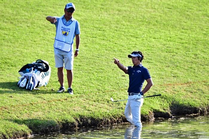 ボールは池の淵。左打ちを選ばず、水の中から方向を確認。 2018年 パナソニックオープンゴルフチャンピオンシップ 2日目 石川遼
