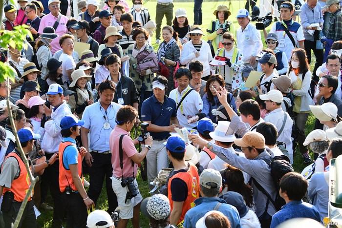 ホールアウト後、ギャラリーにサインしながら引き上げます。終わってみれば遼君の日でした。 2018年 パナソニックオープンゴルフチャンピオンシップ 2日目 石川遼