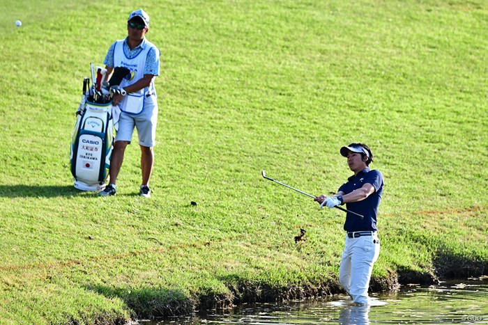 シャフトを握るという短尺ショットでエイヤー! 2018年 パナソニックオープンゴルフチャンピオンシップ 2日目 石川遼