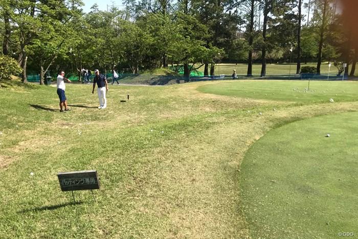 普段はイ・ボミとコンビを組む清水重憲キャディ。初日のホールアウト後、堀川と練習を繰り返した 2018年 パナソニックオープンゴルフチャンピオンシップ 2日目 アプローチ練習