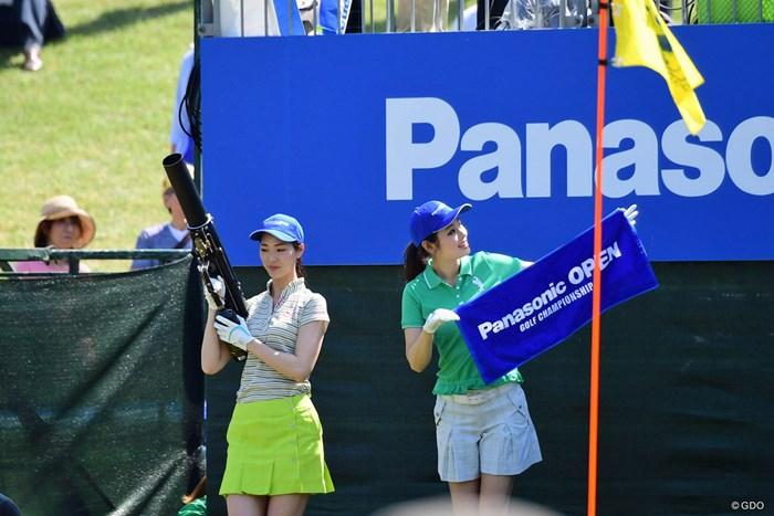 選手がバーディを取ると、美女からギャラリーにタオルがプレゼントされるというナイスなイベントです。 2018年 パナソニックオープンゴルフチャンピオンシップ 3日目 ザ・ギャラリープラザ