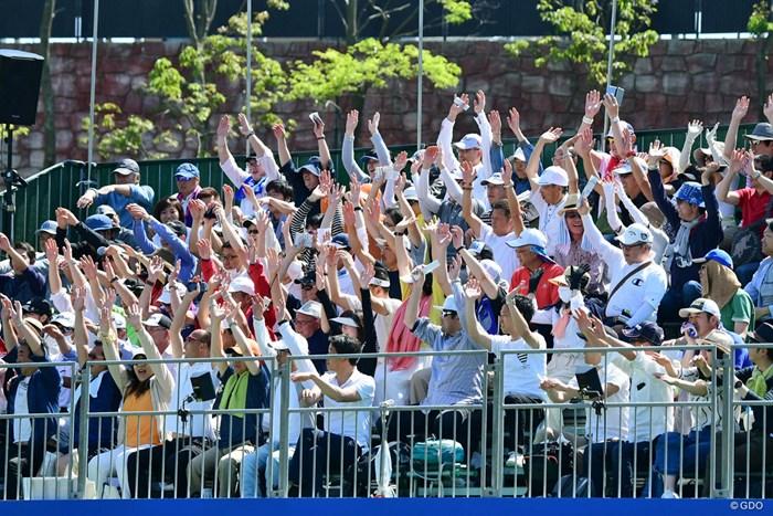 ゴルフ場でウエ~ブ!めったに見かけん光景でしょ?大阪ならではのノリでっか? 2018年 パナソニックオープンゴルフチャンピオンシップ 3日目 17番ギャラリースタンド
