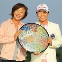 母・香奈子さん(左)と優勝を喜ぶ永峰咲希 2018年 フジサンケイレディスクラシック 最終日 永峰咲希