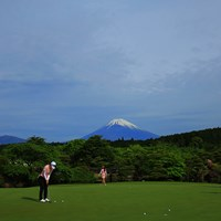 富士山見ながら朝のパッティング練習なんて気持ち良いですよねぇ。 2018年 サイバーエージェント レディスゴルフトーナメント 初日 練習グリーン